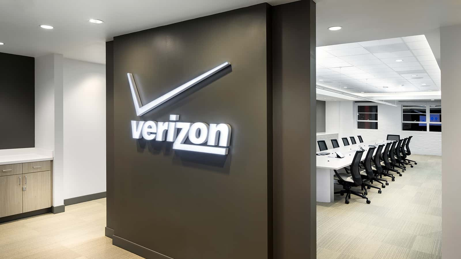Verizon Led White logo on a gray pillar
